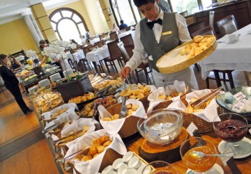 O imenso e delicioso bufê de café da manhã do hotel: todo dia, tudo diferente