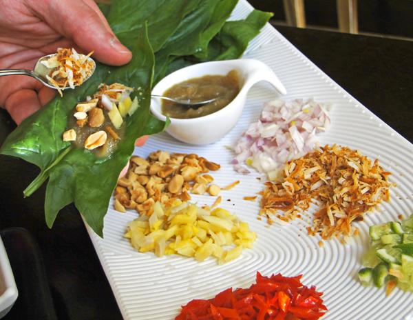 Namga: delícia de entrada. Miang Kham, trouxinhas de espinafre japonês para rechear com cebolas,gengibre, amendoim, limão, pimenta, coco queimado e pasta de gengibre a açúcar de palmeira