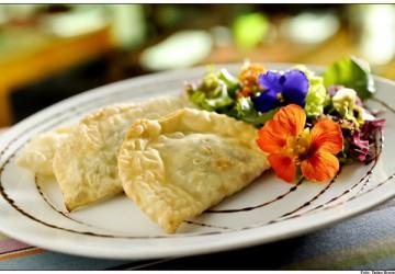 Pasteis italianos recheados com acelga, vegetais, parmesão, ovos e manjerona, servidos com uma  salada de folhas frescas e flore