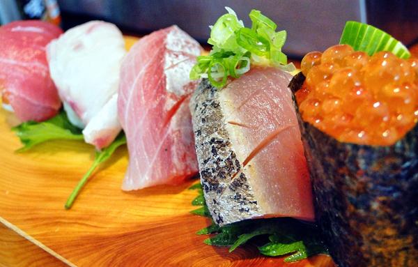 As jóias da casa: sushis impecáveis, quase vivos de tão frescos, com ótimo arroz