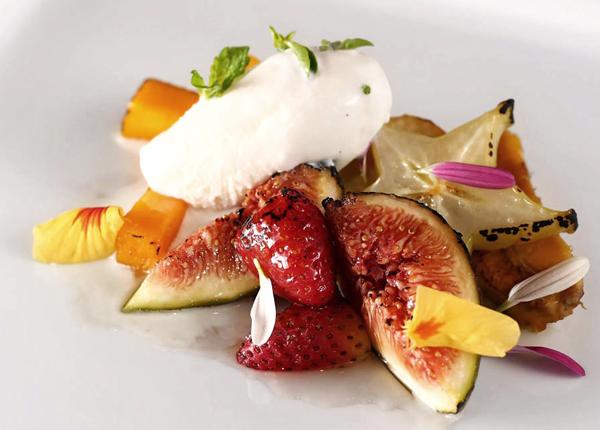 Salada de frutas assadas na lenha, com geleia de rosas, sorvete de jasmim e caramelo de pimenta rosa do Dui