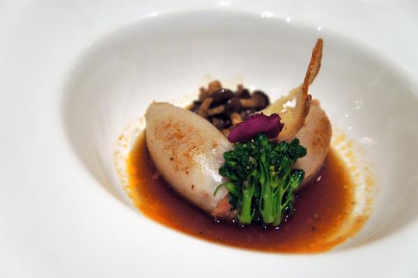 Deliciosas mini lulas recheadas com seus tentáculos, bacon e caju (acompanhada de consomê de shimeji)