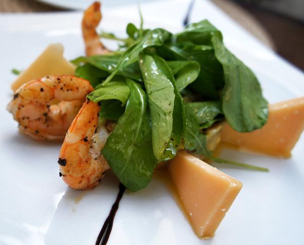 Salada de guacamole com lascas de parmesão, camarões grelhados e rúcula com redução de vinho do Porto