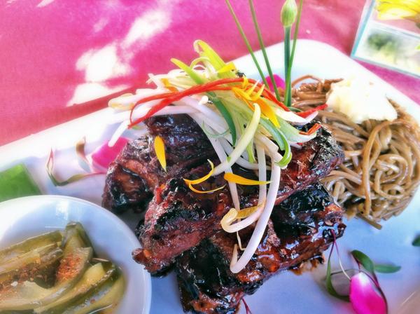 Char Siu Ribs: costelinhas suínas com molho barbecue chinês, sobá com gengibre doce e picles de pepino picante. Carnudas, intensas. Sensacionais com o contraste do fresco sobá (R$ 35)