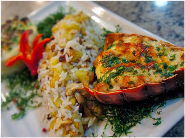 O melhor prato da viagem: lagosta grelhada, arroz com jaca e castanha de caju e purê de milho e batata doce com queijo coalho, do restaurante Mara, na pousada Camurim Grande