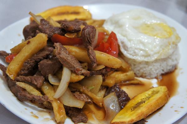 Lomo a lo pobre:  coxão mole salteado na wok com cebola, tomate, batata frita e acompanhado de banana, ovo frito e arroz