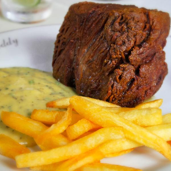 Filé Chateaubriand ao molho béarnaise com fritas: um dos mais pedidos