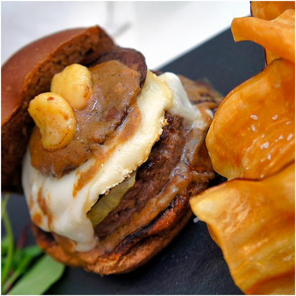 Excelente burger com camembert, cebola, cogumelo porcini e tutano. Acompanhado de salada de brotos e chips de batata doce