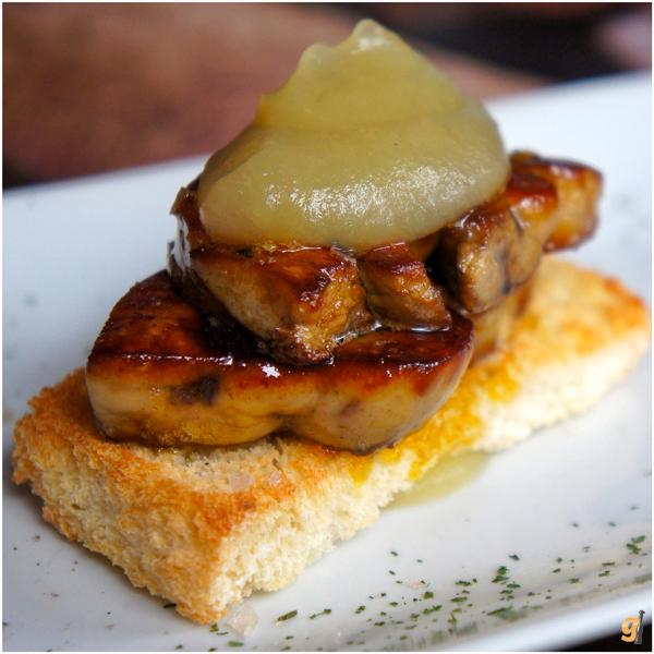 Bom pacas: Foie Gras a la plancha (fígado de pato na chapa sobre torradinha, coberto por purê de maçã)