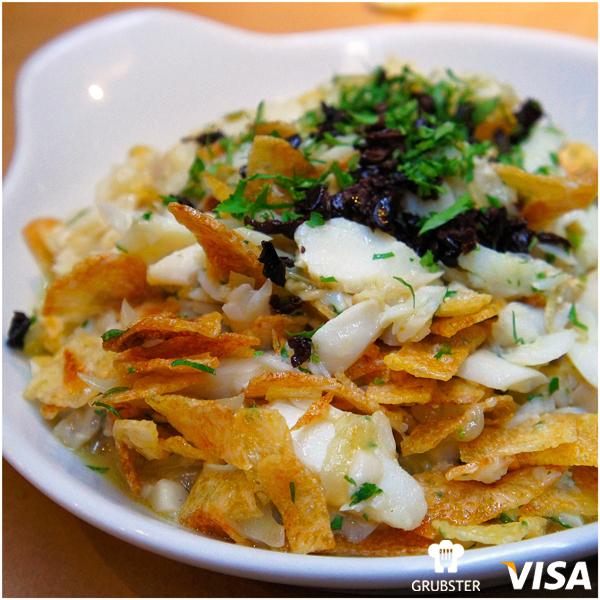 Excelente Bacalhau à Brás: desfiado e misturado a batatas palhas feitas na casa, azeitonas pretas, ovos, cebola e alho