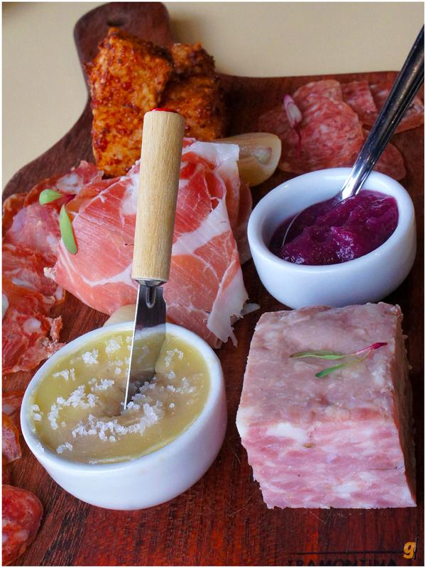 A Porcaria: dadinhos de tapioca com carne de porco; salames normal, picante e extra picante, fabricados em Catanduva; presunto Salamanca também de Catanduva; compota de cebola roxa; terrine de porco; rillete de Copa Lombo com manteiga de garrafa
