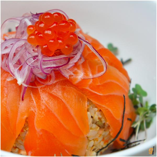 Fisherman's Oyako Bowl: salmão marinado e desfiado misturado a gohan, cebola, rabanete, minicamarões e coroado por ovas de salmão