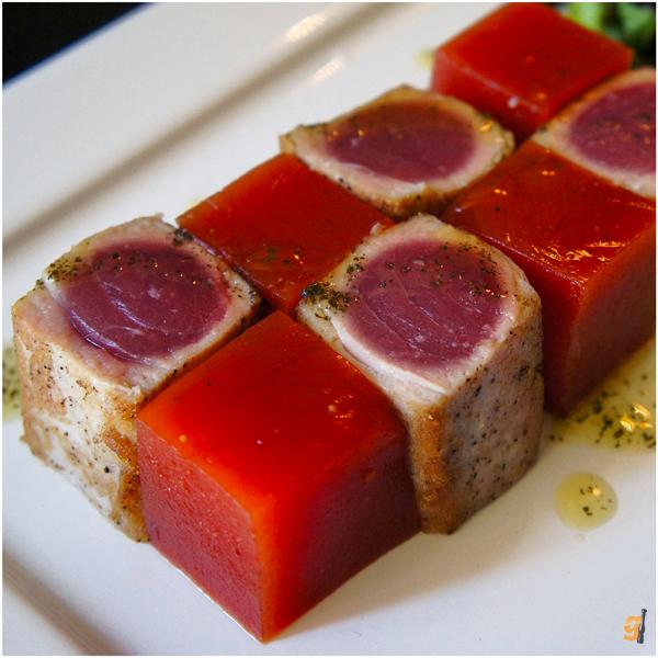 Criatividade, equilíbrio, beleza: atum grelhado com gelatina de Bloodmary