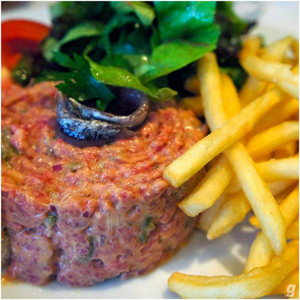 Steak Tartar do Le Bilboquet: bem condimentado, leva bastante pimenta do reino e picles de pepino e vem coroado por um pedaço de anchova