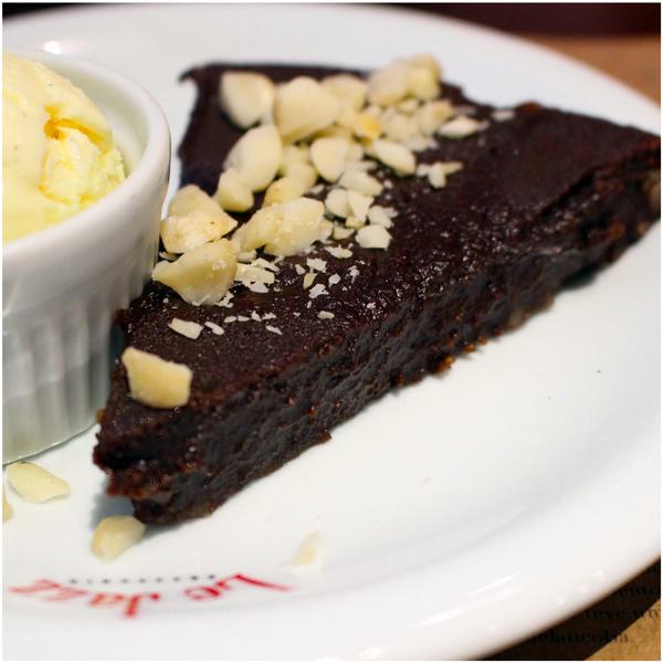Torta de chocolate com macadâmia servida com sorvete de baunilha artesanal