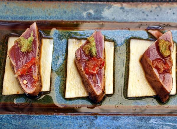 Tuna Tataki (Atum selado com molho ponzu, nabo com pimenta e cebolinha com gengibre, sobre lâmina de palmito pupunha)