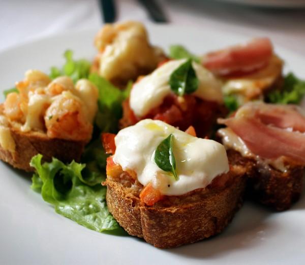 Trio de bruschettas: parma e parmesão, mussarela e tomate, camarão e queijo scamorza (R$ 20)
