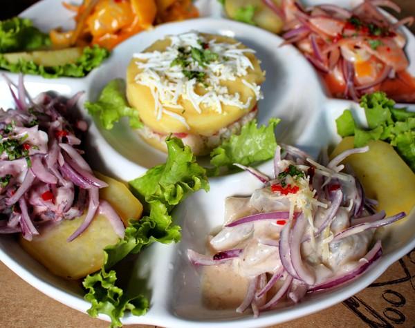 Fuente Fria: degustação de quatro tipos de ceviche - al parmesano, 4 ajies, carretiliero e al olivo - e causa de siri. Vale bem a pena e serve, na boa, duas pessoas