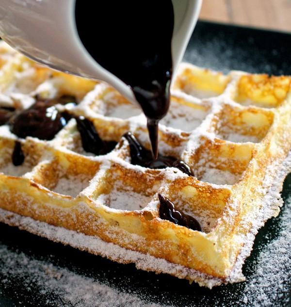 Waffle com calda morna de chocolate belga e chantilly fresco: levíssimo, massa saborosa e mega aerada