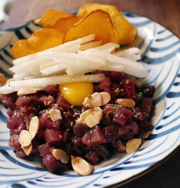 Yukhoe: adocicado e delicioso steak tartar coreano temperado com shoyu, alho, pera asitática e amêndoas