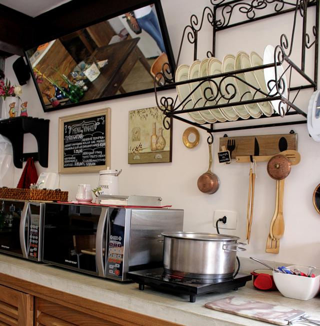 A bancada do Damádalê na qual o cliente esquenta a comida