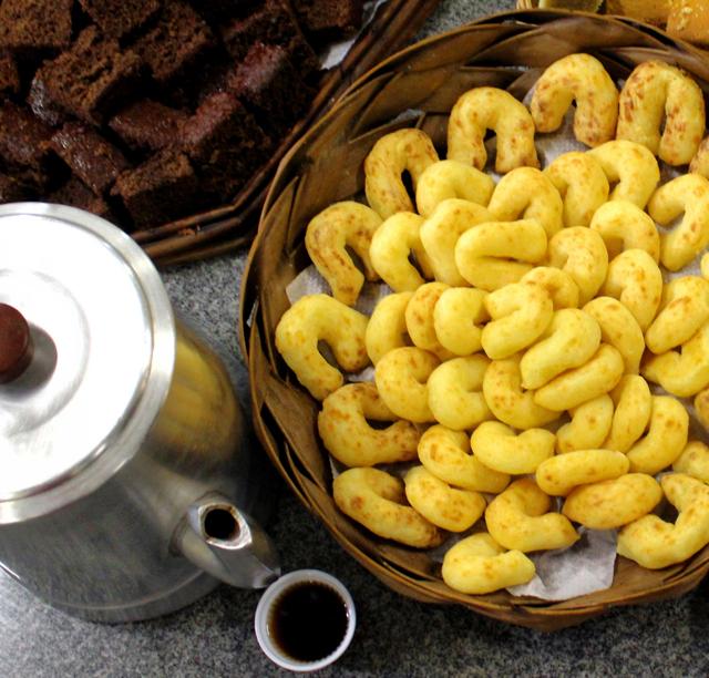 Onipresente nas mesas do Pantanal, a Chipa é feita com polvilho e queijo. A companhia dela é o tradicional Mate queimado: coloca-se o mate com a brasa e açúcar numa panela; mistura-se e joga-se água. O resultado é um sabor adocicado e defumado