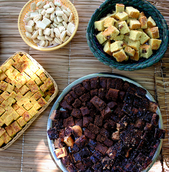 Mesa de doces: chipa guassu (bolo compacto feito de fubá Saboró, milho verde e queijo fresco), bolo de chocolate e beterraba, sequilhos e bolo de fubá cm goiabada.