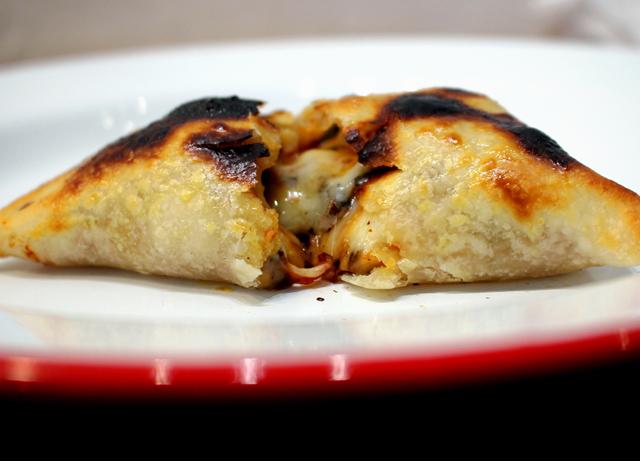 Minha preferida: Porteña (três queijos, tomates assados e manjericão)