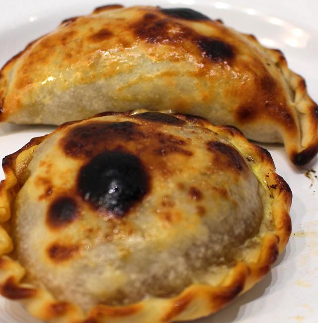 Empanadas de Frango caipira (com legumes e ervas) e Pucacapa (queijo derretido com cebolas caramelizadas) do La Guapa