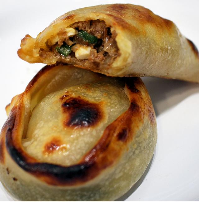 Empanada Saltenã (carne, azeitonas, ovo caipira e batata cozida) e Cremosa de espinafre (com brócolis e mussarela) do La Guapa