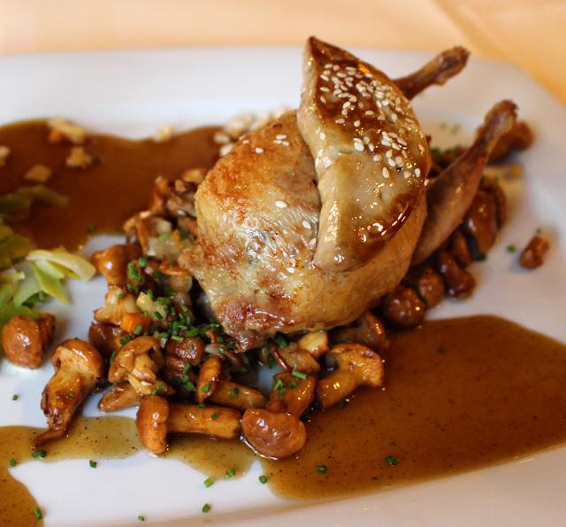 Codorna recheada com cogumelos ao molho de cerveja, acompanhado por foie gras salteado no Traube Neuweier, restaurante de comida tradicional, na região vinícola de Baden-Baden