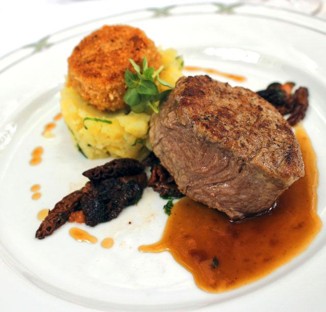 Perfeito Filé alto de vitela com molleja (timo) em crosta de pão e tomilho, batatas assadas e cogumelos more no restaurante Wintergarten, no hotel Brenner's