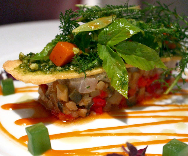 Entrada do excelente Le Jardin de France: tartar de peixe, ratatouille, pesto, coulis de páprica e brotos