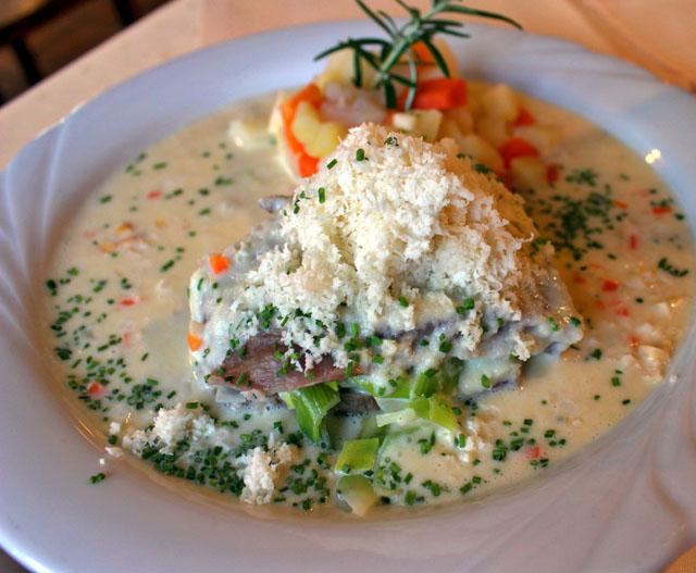 Carne cozida com molho de legumes e horseradish ralado no Traube Neuweier