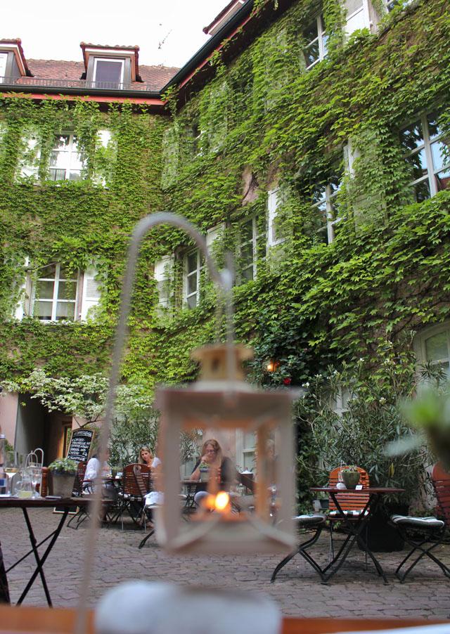 O lindo, charmoso e romântico pátio do Weinstube Baldreit
