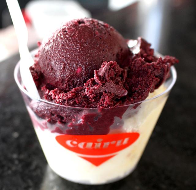 Cairu, a sorveteria mais famosa da cidade e que oferece cerca de quatro dezenas de sabores, muitos de frutas locais. Este é de Açaí com tapioca e de cupuaçu, coco e pão de ló