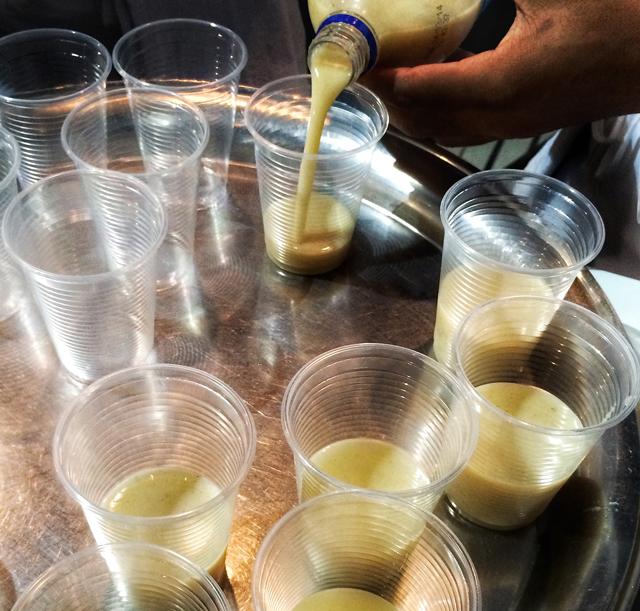 Pajuarú, bebida alcoólica indígena feita à partir do beiju torrado da mandioca brava, servida durante uma das aulas do Festiva;