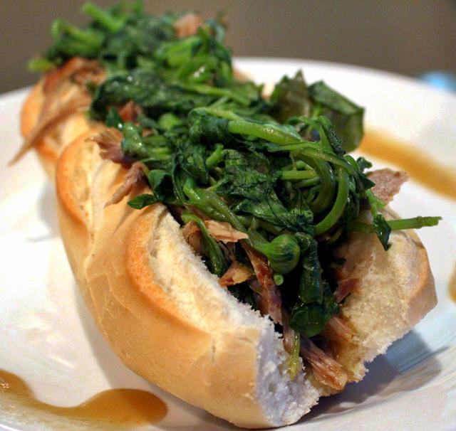 Outra belezura da The Nine, lanchonete que transforma receitas da região em sanduíches: Patupi. Pato desfiado, arubé e muuuuuuito jambu