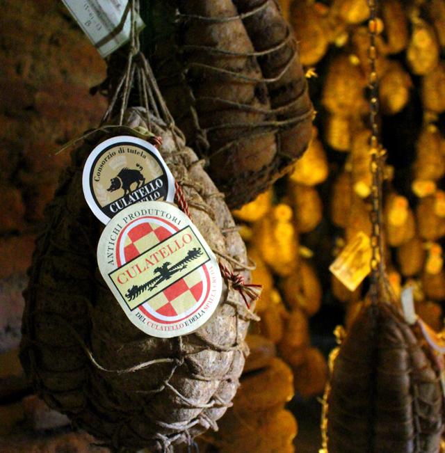 Culatello: peça da traseira do porco, sem osso, é massageada com alho e vinho Fontana, esterilizada em vinagre e posta para curar por, no mínimo, 18 meses