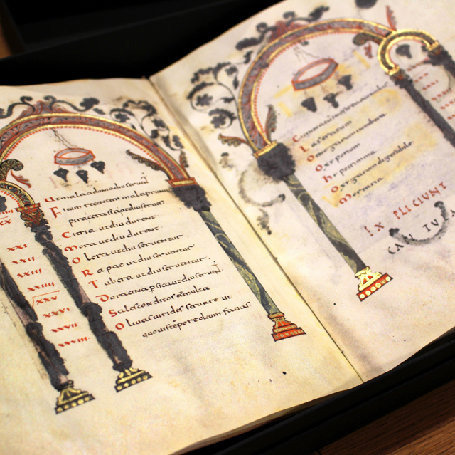 Um das jóias da biblioteca de gastronomia da Academia Barilla, em Parma: livro de receitas datado de 1146.... Original, com selo do Vaticano