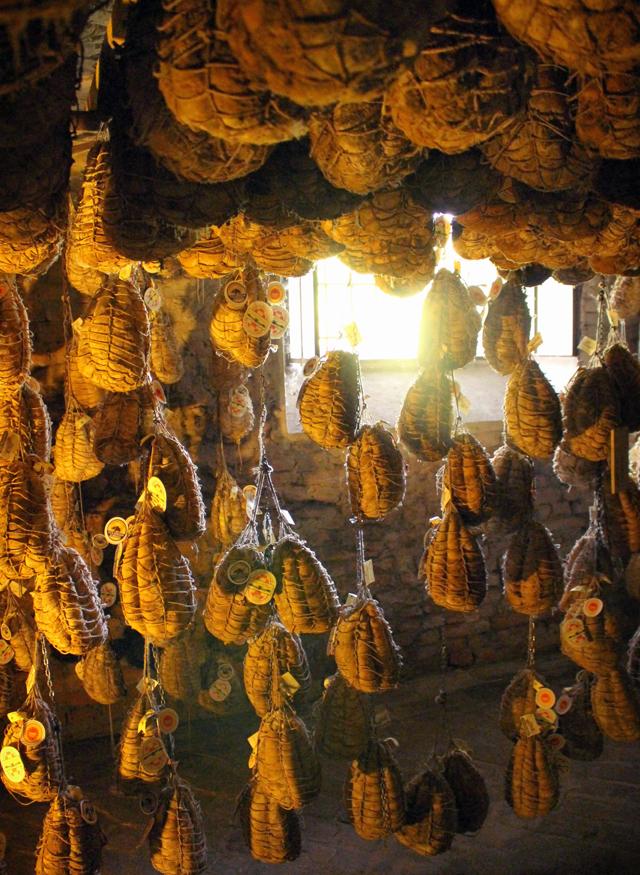 """A """"cave"""" na qual descansam centenas de Culatellos na Antica Corte Pallavicina, em Polesine Parmense"""