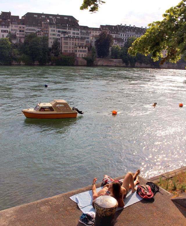 Casal pegando um bronze à beira no Reno, no centro de Basel: qualidade de vida é isso aí!