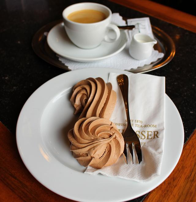 Choky S, doce típico de Basel (parece um suspiro de chocolate recheado por mousse) na Confiserie Schiesser, fundada em 1807