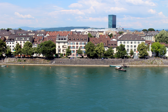 A tranquilidade de Basel - e o rio Reno completamente limpo, no qual as pessoas nadam, anda de caiaque...