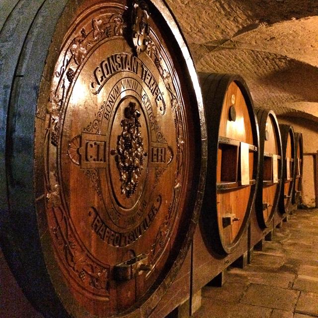 Os imensos e antigos barris de madeira da Cave Histórica do Hospital de Estrasburgo