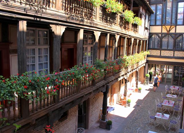 Hotel Cour Du Corbeau, em Estrasburgo: lindíssimo,  funciona dentro de uma construção do século XVI