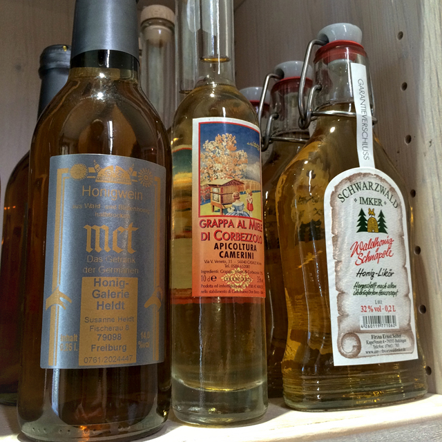 Bebidas alcoólicas a base de mel à venda na Mel Honig Galerie, em Friburgo