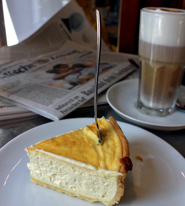 Um dos melhores e mais macios cheesecakes que comi - e excelentes cafés - no Strass Cafe, em Friburgo