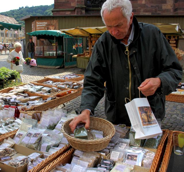 A bela banca de especiarias de todo o mundo no Mercado de Friburgo