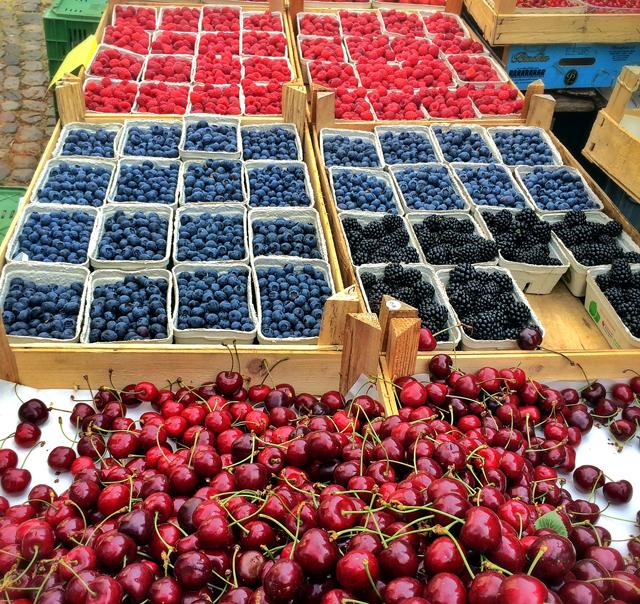 Primavera – e época de morangos, cerejas, amoras, framboesas… – no Mercado de Friburgo